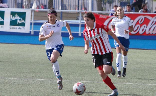 Dos jugadoras luchan por un balón./ATHLETIC CLUB