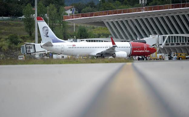 Avion de Norwegian Air Shuttle en el aeropuerto de Loiu.