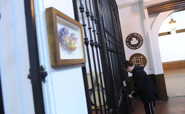 el joven rabino de origen ruso procede a abrir los sellos que garantizan que nadie ha entrado en la zona donde se almacenan las barricas donde envejece el tinto reserva kosher Herenza. Se observa la palabra 'lejaim', el brindis por la vida.