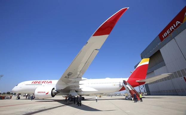 Un avión de Iberia recién estrenado aterriza de emergencia en Boston | Transportes