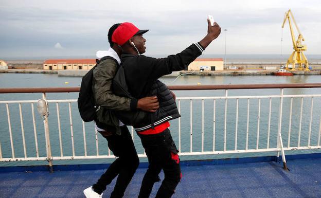 Muere adolescente tras caer mientras intentaba tomarse selfie en centro comercial — Italia