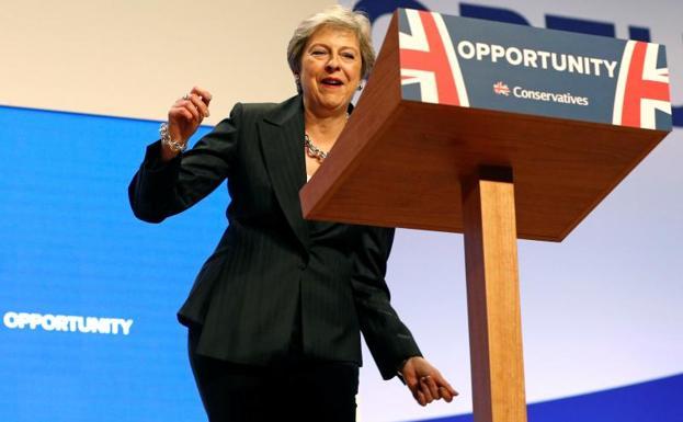 Theresa May sorprende en el escenario al bailar