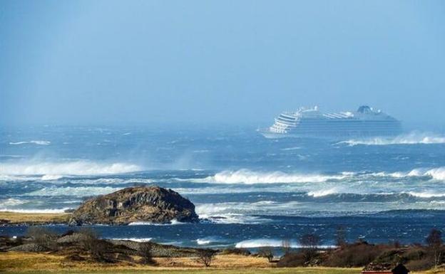Evacúan con helicópteros a pasajeros de crucero en Noruega