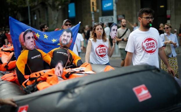 Richard Gere llevó comida y provisiones a barco con 121 inmigrantes rescatados