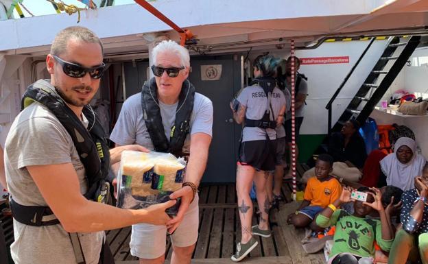 Richard Gere visita a migrantes y les lleva alimentos