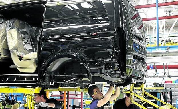 Operarios montan un vehículo en la planta de Mercedes.