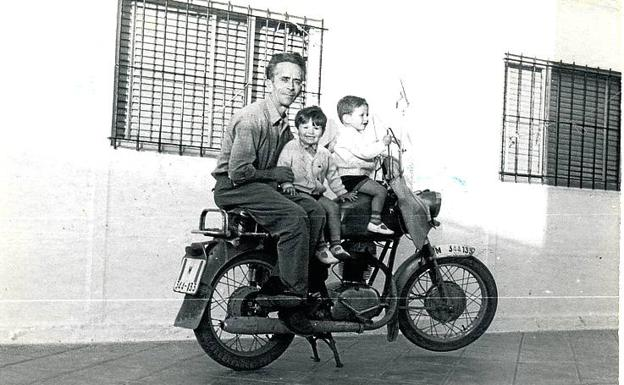 'Antonio y sus sobrinos en el patio de casa, Vallecas, 1968'.