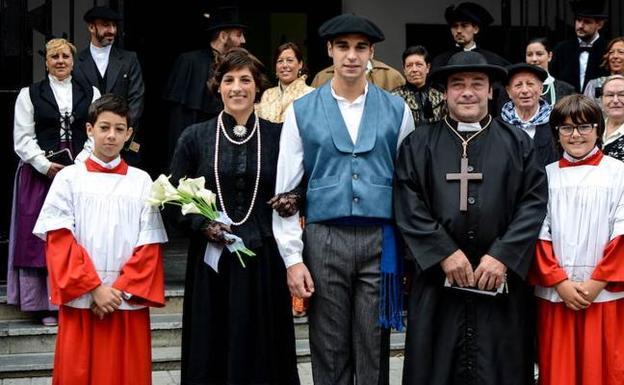 Los contrayentes en la recreación de una boda vasca celebrada en Astrabudua en 2016. / YVONNE FERNÁNDEZ