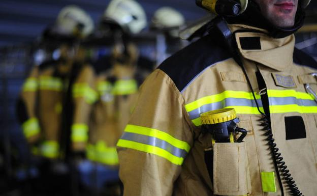 Bomberos de Bilbao han estado hasta las 4.20 horas sofocando las llamas./Borja Agudo