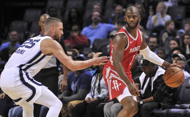 Chris Paul, en una acción ante Chandler Parsons.