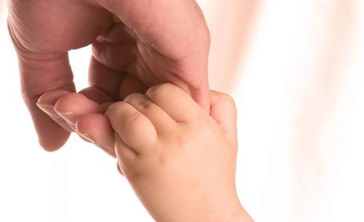 Una madre sostiene la mano de su hijo./Archivo