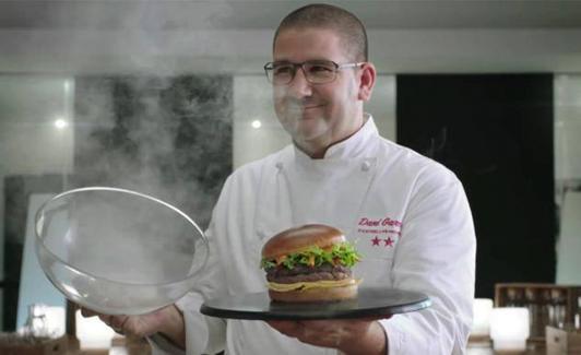 Dani García ha sorprendido a todos al cambiar su tres estrellas por hamburguesas./