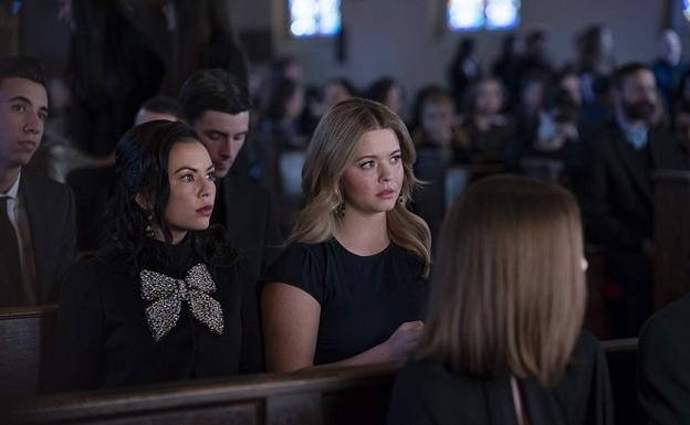 Janel Parrish y Sasha Pieterse son las protagonistas de 'Pretty Little Liars: The Perfectionist'./