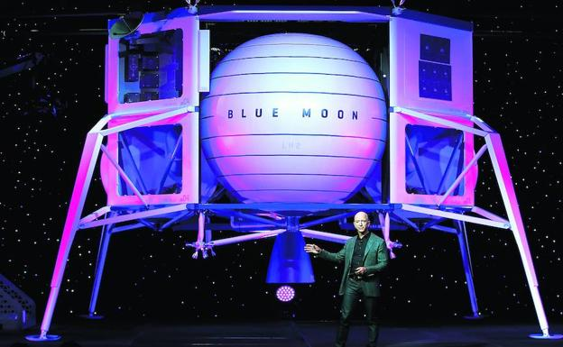Jeff Bezos, junto al módulo lunar Blue Moon que ha presentado en Washington./AFP