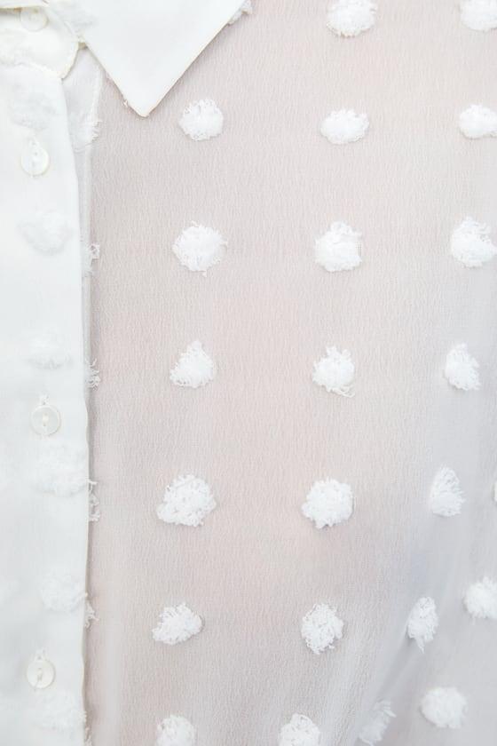 Alessanda de Osma con camisa blanca con lunares de Zara de