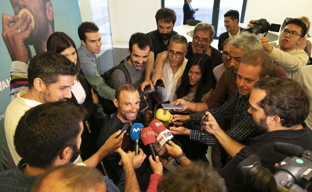 Valverde atiende a la prensa con su hija Natalia debajo de una nube de micrófonos