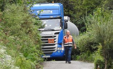 Resultado de imagen de Un camión con material peligroso queda atrapado por culpa del GPS en Sondika