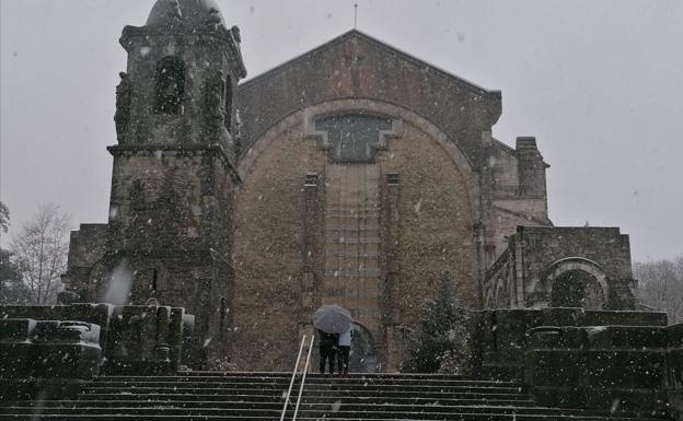 Caen los primeros copos de nieve en el santuario de Urkiola - El Correo