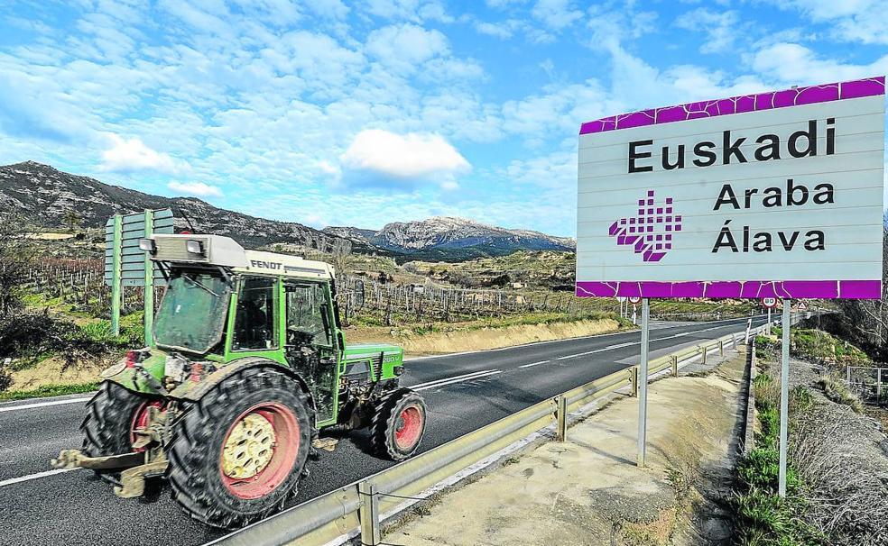 Euskadi. Entrada a la Rioja Alavesa desde la localidad riojana de Briñas./Igor Aizpuru