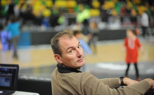 Nacho Azofra, watching a basketball game.