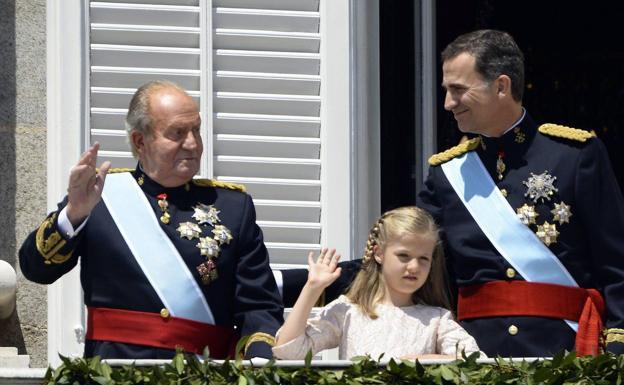 Don Juan Carlos comunica al Rey su decisión de trasladarse fuera de España