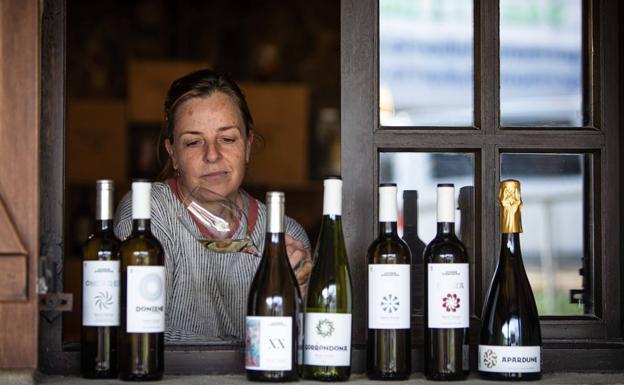Itziar Insausti, enóloga de Doniene Gorrondona (Bakio), examina uno de sus vinos en la bodega de Bakio. /Maika Salguero