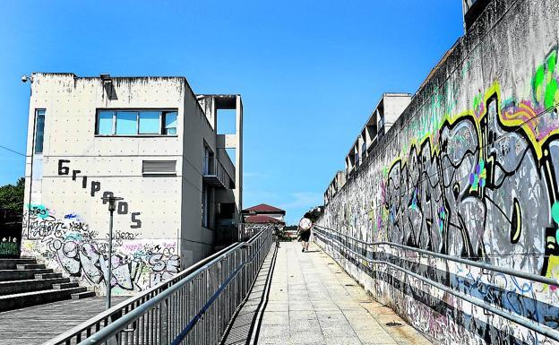 Los grafitis inundan paredes y edificios de la calle José Erbina, junto a la estación de tren./a. ernesto