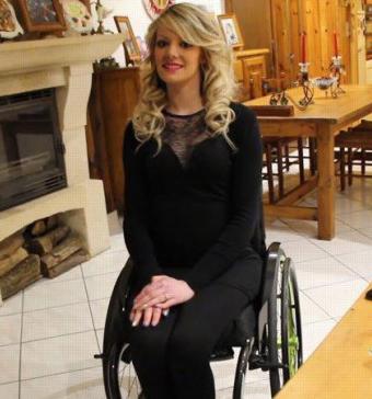 Mujeres desnudas en silla de ruedas
