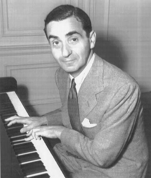 Irving Berlin, compositor de 'White Christmas', al piano en 1941.